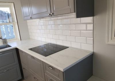 Flislegging over kjøkkenbenk. Et hygienisk alternativ på kjøkkenet.